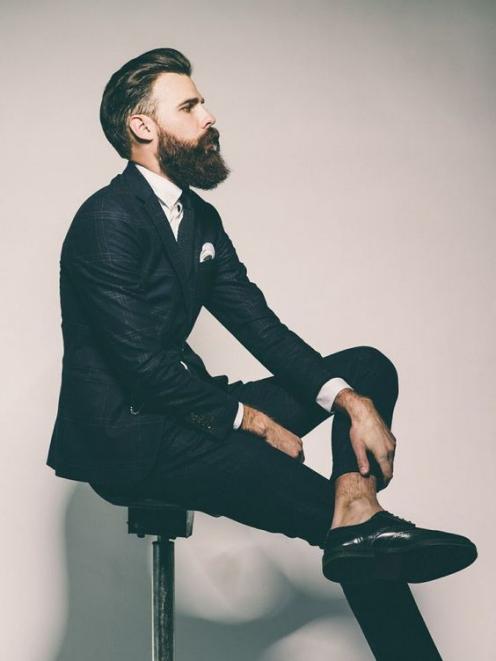 Thể hiện cá tính cùng mẫu tóc undercut mái dài cho nam giới vị thành niên
