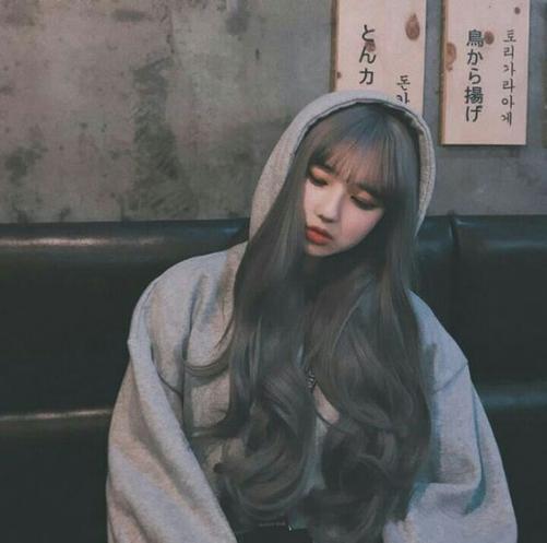Xu hướng tóc dài bồng bềnh đẹp cho nữ được nhuộm màu trắng nhẹ
