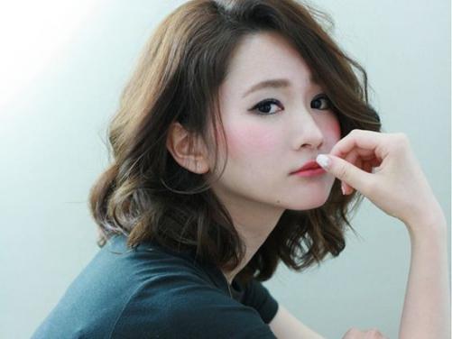 5 Phong cách tóc ngắn xoăn gợn sóng nhẹ nhàng cho nữ cá tính