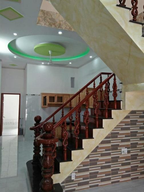 Cầu thang đẹp nhà mặt tiền trung tâm y tế dĩ an