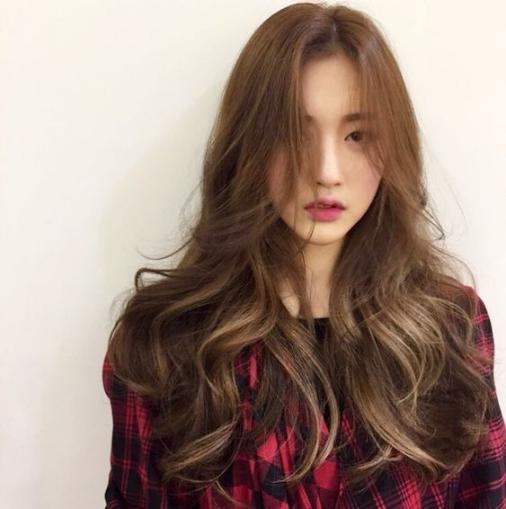 mẫu tóc dài xoăn đuôi