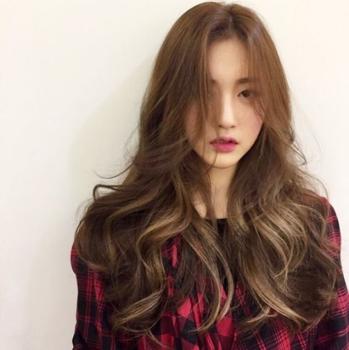 Nhuộm màu tóc nâu tây ánh vàng đẹp nhất hiện nay