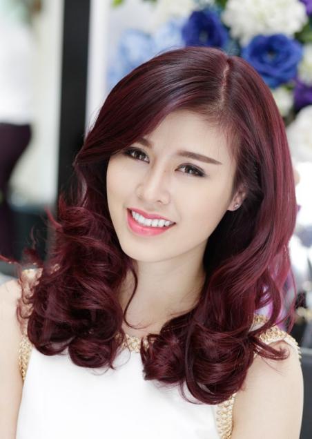 Kiểu tóc xoăn màu đỏ tím số 1