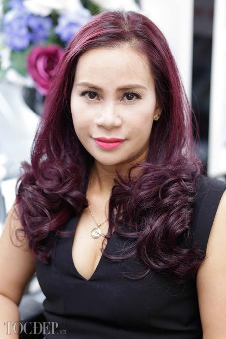 Làm đẹp cùng kiểu tóc xoăn màu đỏ tím số 4